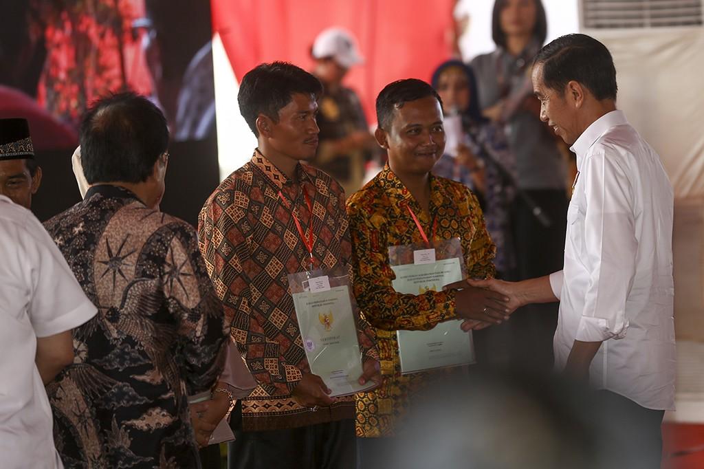 Jokowi Bagikan 6 Ribu Sertifikat Tanah di Palembang