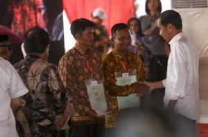 Presiden Joko Widodo menyerahkan sertifikat hak atas lahan tanah sebanyak 6.000 sertifikat hak atas tanah kepada masyarakat se Provinsi Sumatera Selatan.