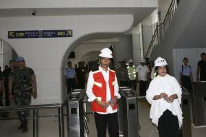 Presiden Joko Widodo didampingi Ibu Negara Iriana Joko Widodo  berjalan keluar saat meninjau pengoperasian Light Rail Transit (LRT) atau kereta ringan di stasiun LRT Jakabaring, Palembang, Sumatera Selatan.