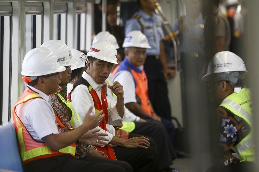 Jokowi Menjajal LRT Palembang ke Stasiun Jakabaring