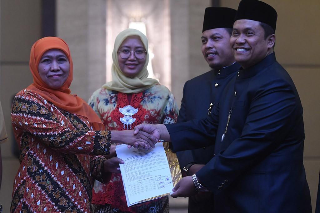 Gubernur Jawa Timur terpilih Khofifah Indar Parawansa (kiri) menerima berita acara dari Ketua KPU Jatim Eko Sasmito (kanan) saat rapat pleno terbuka penetapan pasangan calon terpilih pada Pilgub Jawa Timur 2018 di Surabaya, Jawa Timur.