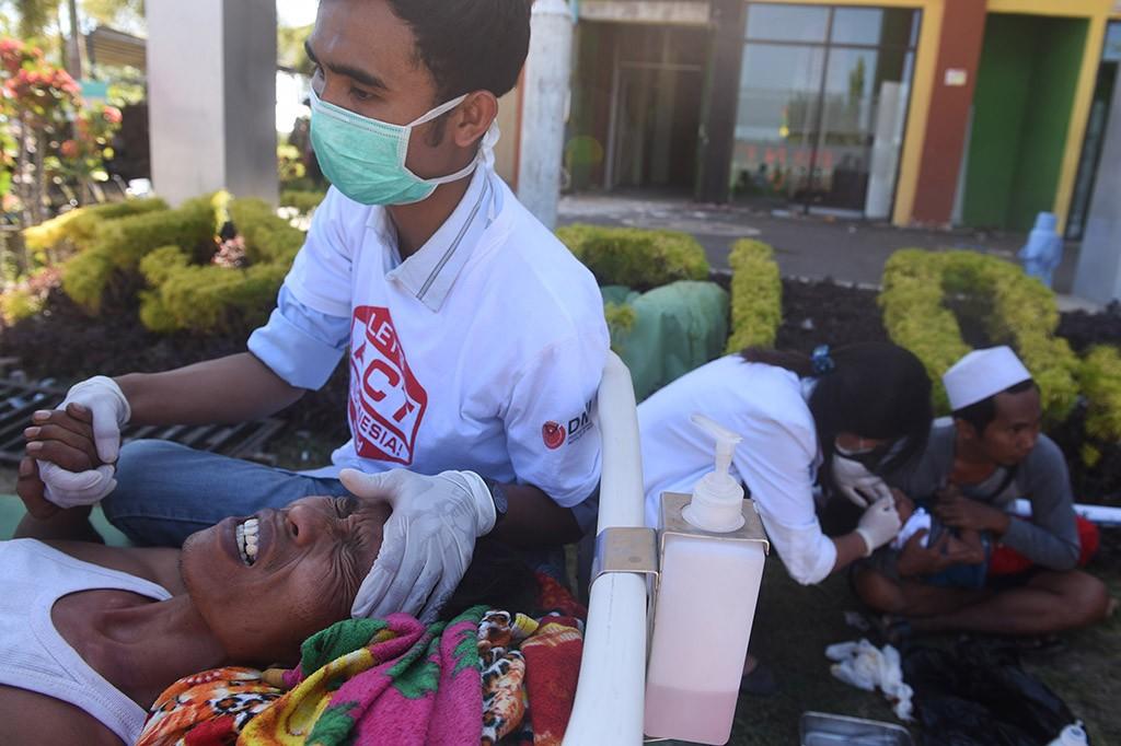 Proses Evakuasi Korban Gempa di Lombok