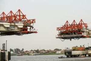Aktivitas pembangunan jembatan Musi IV di Palembang, Sumatera Selatan.
