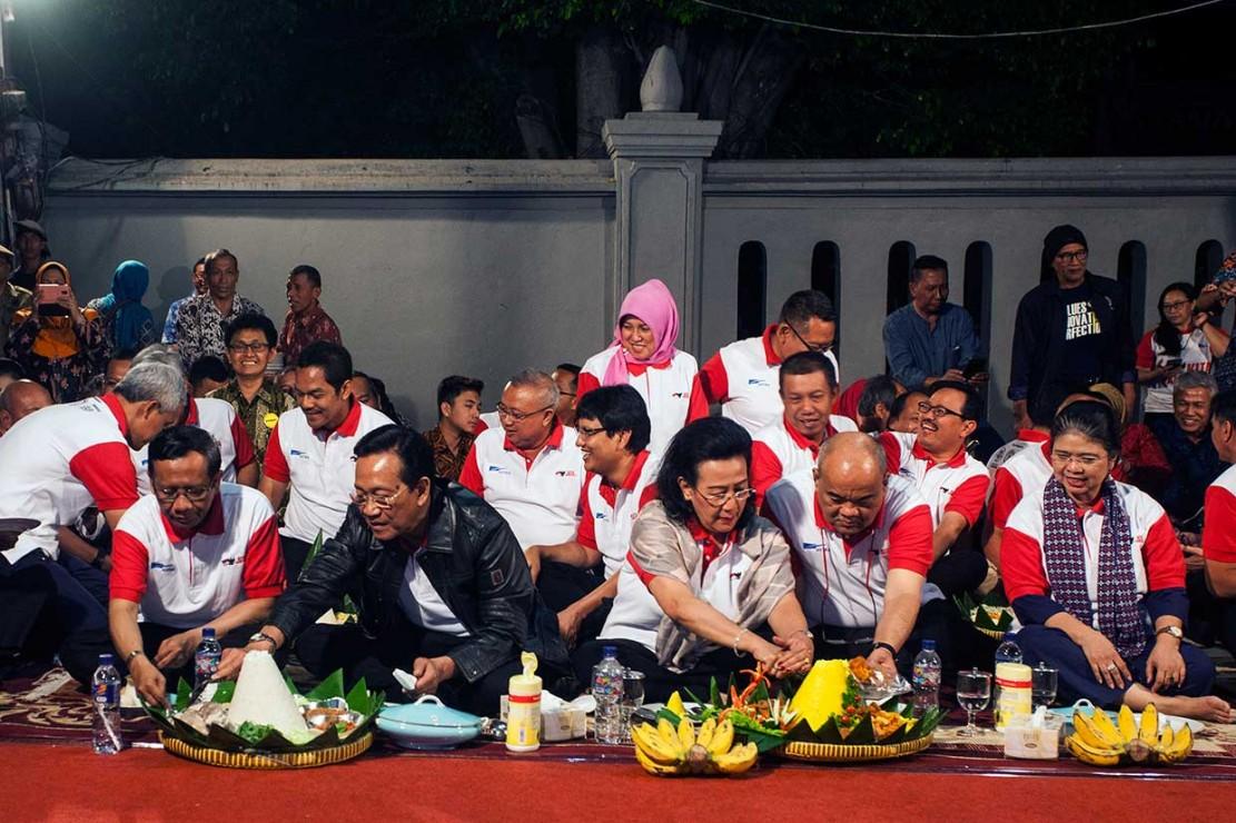 Sri Sultan Santap Tumpeng Bersama Warga di Malioboro