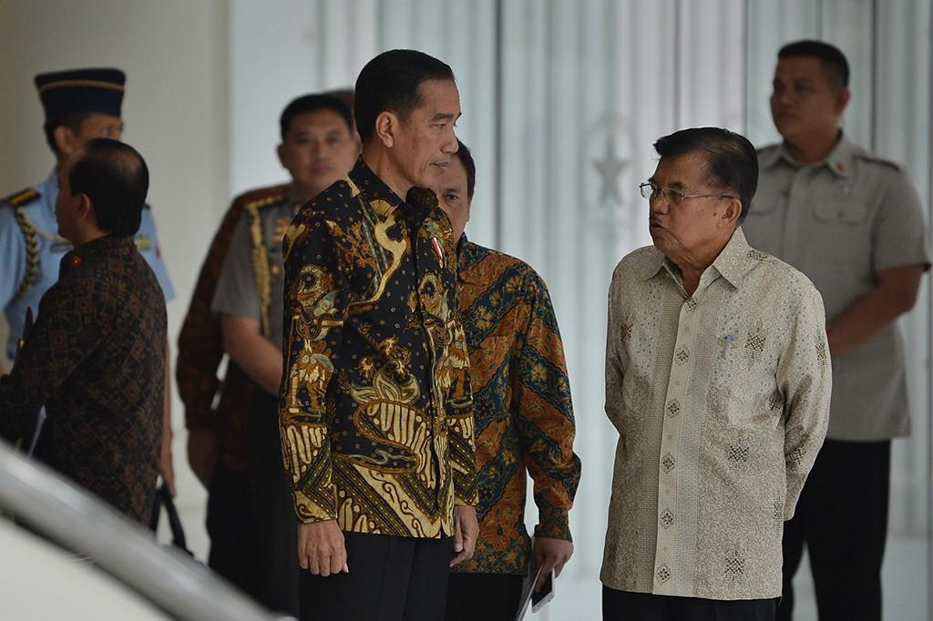 Sekitar dua puluh menit Presiden Joko Widodo bertemu dengan Wakil Presiden Jusuf Kalla di kantor Wapres, Jalan Merdeka Utara.