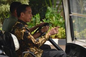 Presiden Joko Widodo menaiki mobil golf usai menemui Wakil Presiden Jusuf Kalla di Kantor Wakil Presiden, Jakarta.