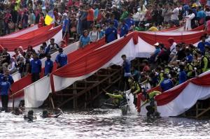 Ratusan perempuan bersiap menyelam di perairan teluk Manado, Manado, Sulawesi Utara, Sabtu, 11 Agustus 2018.