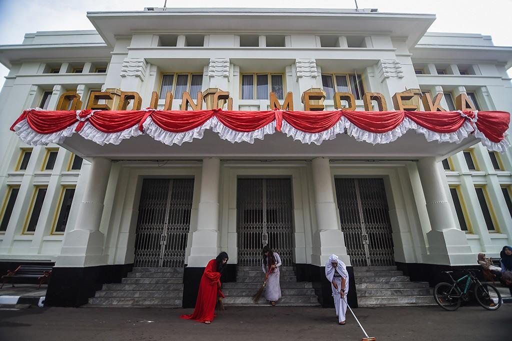 Ketika 'Hantu' Ikut Kerja Bakti Beberes Bandung
