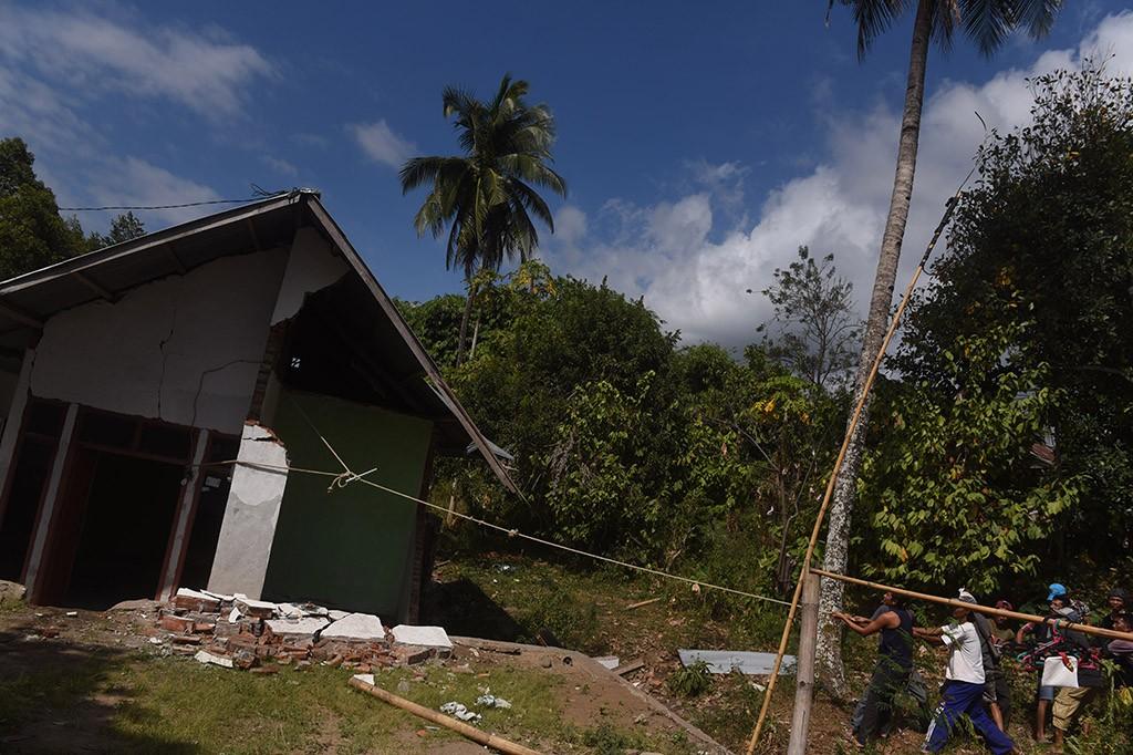 Warga Robohkan Sisa Bangunan Pascagempa Lombok