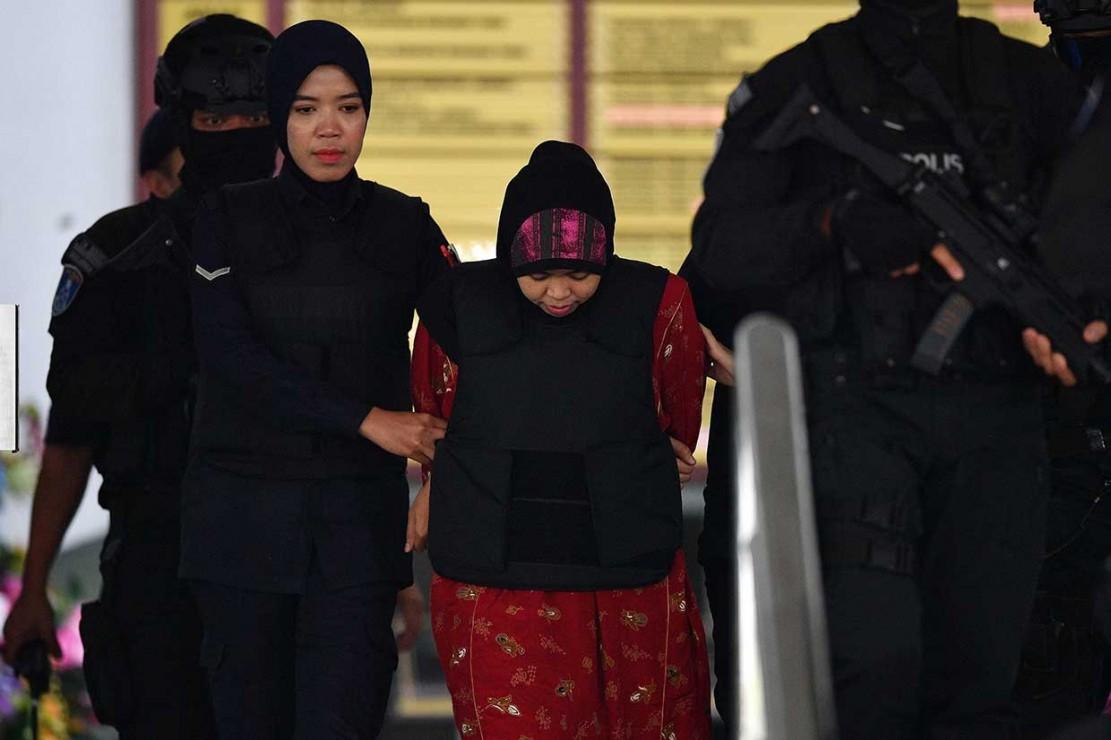 Siti Aisyah asal Indonesia dikawal petugas kepolisian usai menjalani persidangan putusan sela kasus pembunuhan terhadap saudara tiri pemimpin Korut Kim Jong-Un, Kim Jong-Nam di Pengadilan Tinggi Shah Alam, Kuala Lumpur, Kamis, 16 Agustus 2018.