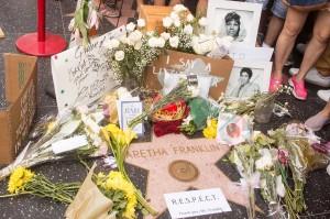 Penggemar meletakkan karangan di bintang milik mendiang Aretha Franklin di Hollywood Walk of Fame di Hollywood, California, Kamis, 16 Agustus 2018. AFP Photo/Mark Ralston