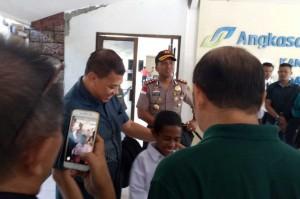 Joni diundang Pemerintah Pusat atas aksinya memanjat tiang bendera untuk mengambil bagian tali yang terlepas saat dibentangkan pada pelaksanaan Upacara HUT RI di Pos PLBN RI - RDTL, Jumat, 17 Agustus.