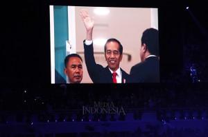 Layar televisi besar menunjukkan Presiden Joko Widodo menghadiri malam pembukaan Asian Games 2018 di Stadion Utama Gelora Bung Karno, Senayan, Jakarta. Asian Games ke-18 di Jakarta-Palembang resmi dimulai hingga 2 September mendatang. MI/Rommy Pujianto