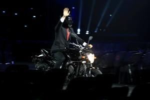 Jokowi melambaikan tangan ke arah penonton di GBK. Suasana GBK bergemuruh. INASGOC/Antara Foto/Dhoni Setiawan