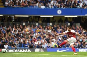 Gelandang Henrikh Mkhitaryan mencetak gol dari luar kotak penalti untuk memperkecil kedudukan memanfaatkan bola muntah dari sepakan Alex Iwobi. Afp Photo/Glyn Kirk