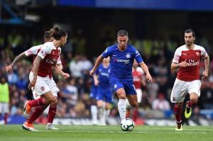 Chelsea akhirnya bisa mencetak gol di babak kedua pada menit ke-81. Eden Hazard yang sukses melewati Hector Bellerin memberikan umpan tarik ke depan gawang Arsenal yang lansung disambut Marcos Alonso dengan sepakan kaki kiri. Afp Photo/Glyn Kirk