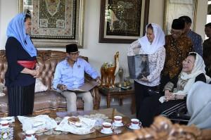Bakal calon Wakil Presiden Sandiaga Uno (kedua kiri) berbincang dengan Ibu Sinta Nuriyah Wahid (kanan) dan putri kedua Abdurrahman Wahid, Yenny Wahid (tengah) saat berkunjung ke Ciganjur, Jakarta.