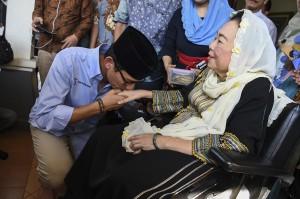 Bakal calon Wakil Presiden Sandiaga Uno (kiri) mencium tangan Ibu Sinta Nuriyah Wahid (kanan) saat berkunjung ke Ciganjur, Jakarta.