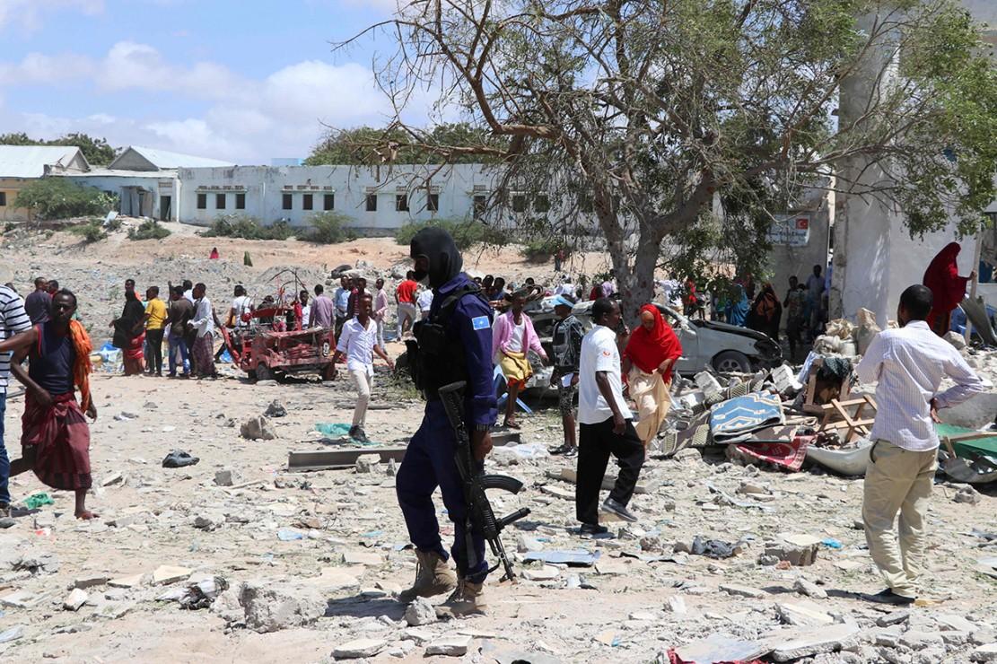 Sejumlah tentara terlihat berjaga di lokasi ledakan bom bunuh diri dekat kantor pemerintah lokal di Mogadishu, Somalia.