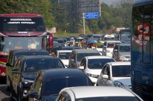 Sejumlah kendaraan memadati ruas jalur Puncak Bogor, Gadog, Bogor, Jawa Barat.