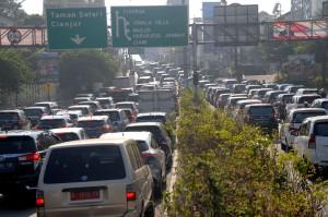 Antrean tersebut disebabkan tingginya volume kendaraan wisatawan dari Jakarta, Bogor dan sekitarnya untuk berlibur di puncak pada Tahun Baru Islam 1 Muharram 1440 H.