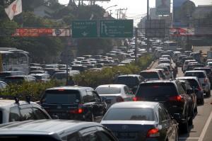 Satlantas Polres Bogor memberlakukan rekayasa arus sistem buka tutup jalan untuk mengurai kemacetan.