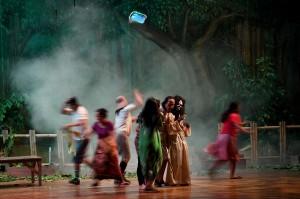 Pemain sandiwara Sunda Miss Tjitjih mementaskan adegan teater dengan lakon roman horor 'Mati Beranak di Mangga Dua' di Graha Bhakti Budaya Taman Ismail Marzuki, Jakarta, Selasa, 11 September.