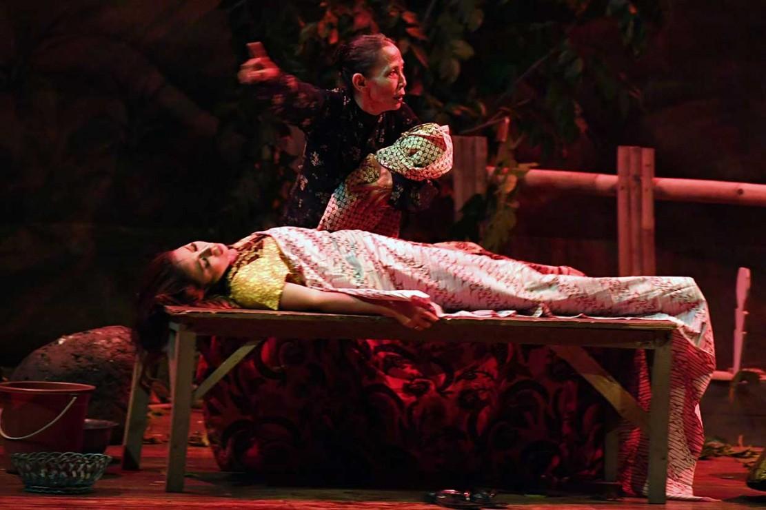 Pementasan roman horor 'Mati Beranak di Mangga Dua' karya E Mintarsa tersebut disutradarai Imas Darsih.'