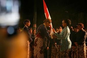 Putri Sultan HB X GKR Mangkubumi secara simbolis menyerahkan bendera Merah Putih sekaligus melepas ritual Lampah Budaya Mubeng Beteng di Keraton Yogyakarta, DI Yogyakarta, Selasa, 11 September malam.