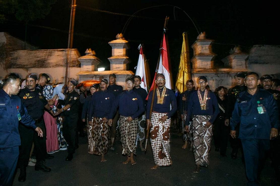 Lampah Budaya Mubeng Beteng yang diikuti abdi dalem dan ribuan warga dengan berjalan mengitari benteng Keraton Yogyakarta tanpa bicara sebagai salah satu bentuk refleksi diri menyongsong Tahun Baru Jawa 1 Suro 1952 Dal.