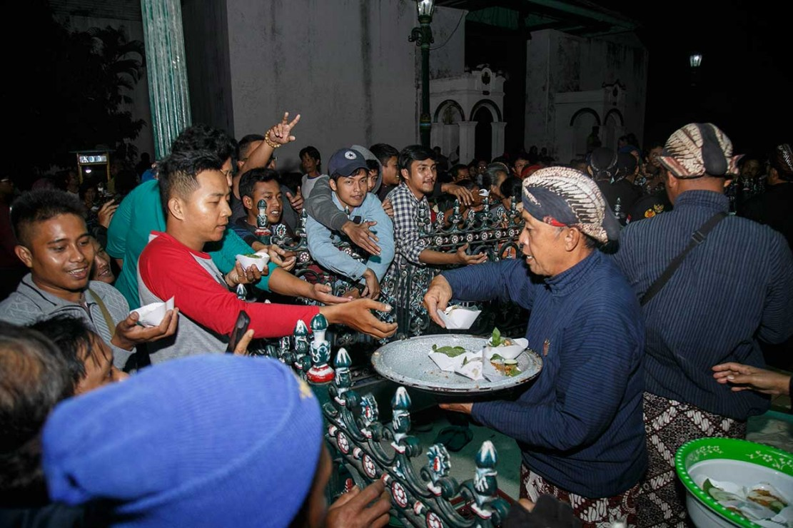 Abdi dalem Keraton Yogyakarta membagikan nasi gurih kepada warga yang hadir. Nasi gurih menjadi makanan simbolis bermakna kenikmatan rejeki yang melimpah dalam kehidupan.