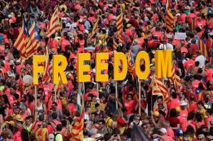 Suara drum dan siulan mewarnai aksi ini. Orang-orang juga melambaikan bendera separatis Catalonia yang didominasi warna merah, kuning dan biru. Afp Photo/Pau Barrena