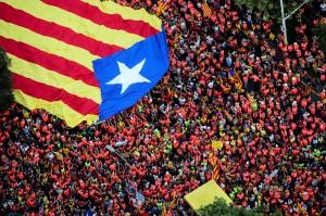 Dalam aksi tersebut, para demonstran di Catalonia saling memanjat di bahu rekannya untuk membentuk menara manusia yang merupakan tradisi Catalonia. Afp Photo/Catalan National Assembly/Roser Vilallonga