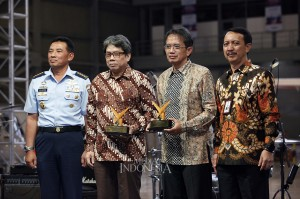 KSAU Marsekal Yuyu Sutisna (kiri) dan Dirut PT Dirgantara Indonesia (PTDI) Elfien Guntoro (kanan) memberikan penghargaan kategori Lifetime Award for the Outstanding Leadership for the Company kepada mantan Dirut PTDI periode 2007-2017 Budi Santoso (kedua kanan) dan mantan Dirut PTDI Edwin Sudarmo.