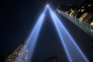Dua buah lampu berwarna biru tampak terpancar di langit kota New York, Selasa, 11 September 2018, malam waktu setempat.