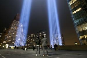 Dua buah sinar lampu itu membentuk seperti dua menara kembar World Trade Center (WTC) yang menjadi saksi bisu tragedi 9/11 di Amerika Serikat.
