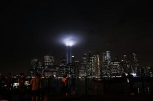 Warga tampak menyaksikan dan mengabadikan momen festival lampu dalam penghormatan tragedi 11 September di Kota New York.