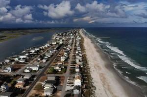 Permukiman dan penginapan di kawasan wisata pantai Carolina Utara, AS, Rabu, 12 September 2018, terlihat lengang ditinggal penghuni. AFP/Getty Image/Mark Wilson