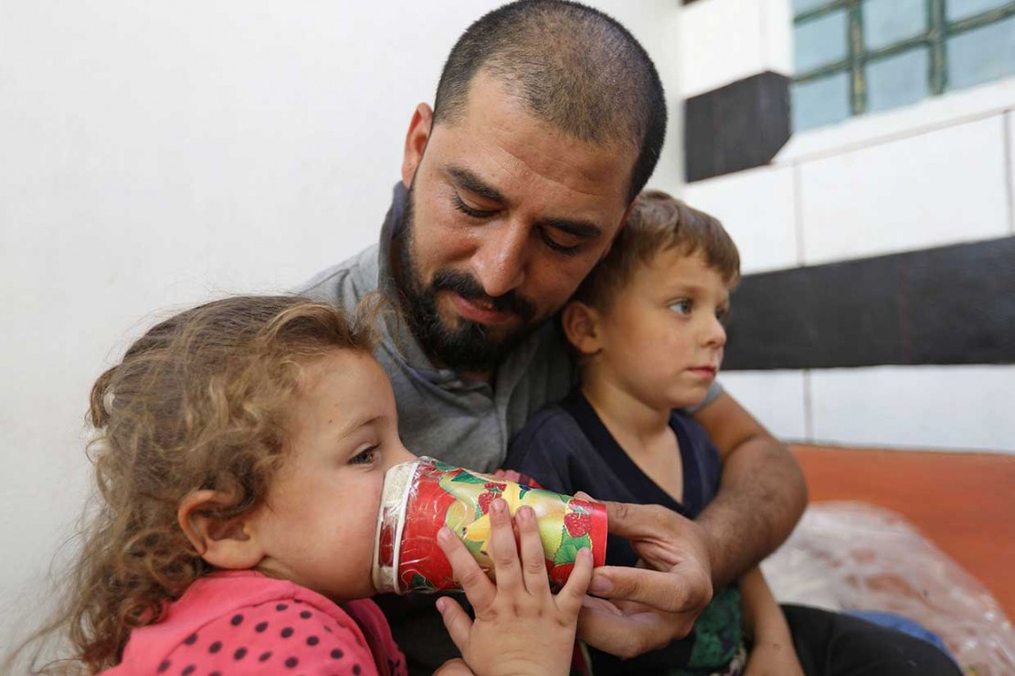 Hadheefa bersama anak-anaknya mempraktikkan cara penggunaan masker tersebut.