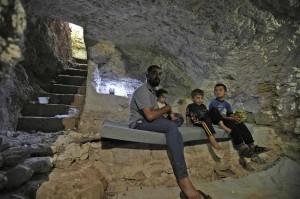 Hadheefa bersama anak-anaknya berada di dalam gua di bawah rumahnya yang akan digunakan sebagai perlindungan dari pemboman yang sewaktu-waktu terjadi.