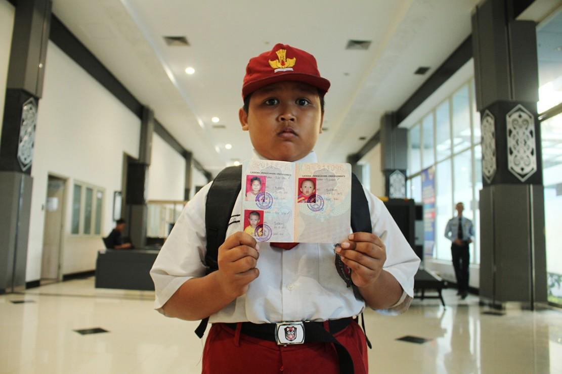 Nursaka memperlihatkan Pas Lintas Batas (PLB) miliknya usai melintasi pintu pemeriksaan di Pos Lintas Batas Negara (PLBN) Entikong, Kabupaten Sanggau, Kalbar.