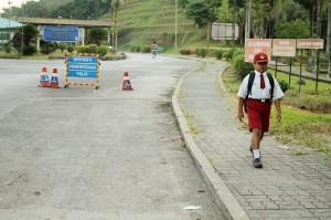 Nursaka setiap hari melintasi dua negara yakni dari Malaysia menuju Indonesia melalui PLBN Entikong untuk bersekolah di SDN 03 Sontas Entikong.