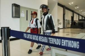 Nursaka dan orang tuanya merupakan warga negara Indonesia (WNI). Terkadang, bocah berumur 8 tahun itu harus diantar oleh polisi dari Polsek Entikong ke PLBN.