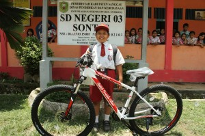 Keinginan Nursaka mendapatkan sepeda dari Presiden Joko Widodo akhirnya terwujud. Selain sepeda, Jokowi juga memberikan peralatan sekolah kepada bocah SD yang setiap hari melewati dua negara untuk pergi sekolah tersebut.