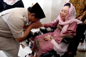 Bakal Calon Presiden Prabowo Subianto mencium tangan istri almarhum Gus Dur, Sinta Nuriyah Wahid saat berkunjung ke rumah keluarga Gus Dur di Ciganjur, Jakarta.