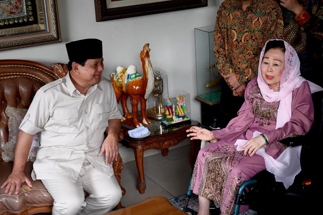 Bakal Calon Presiden Prabowo Subianto berbincang dengan Istri almarhum Gus Dur, Sinta Nuriyah Wahid saat berkunjung ke rumah keluarga Gus Dur di Ciganjur, Jakarta.