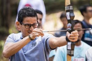 Bakal Calon Wakil Presiden Sandiaga Uno mencoba olahraga panah di sela-sela kegiatan dialog dengan sejumlah komunitas dan pengusaha muda di Lembang, Kabupaten Bandung Barat, Jawa Barat.