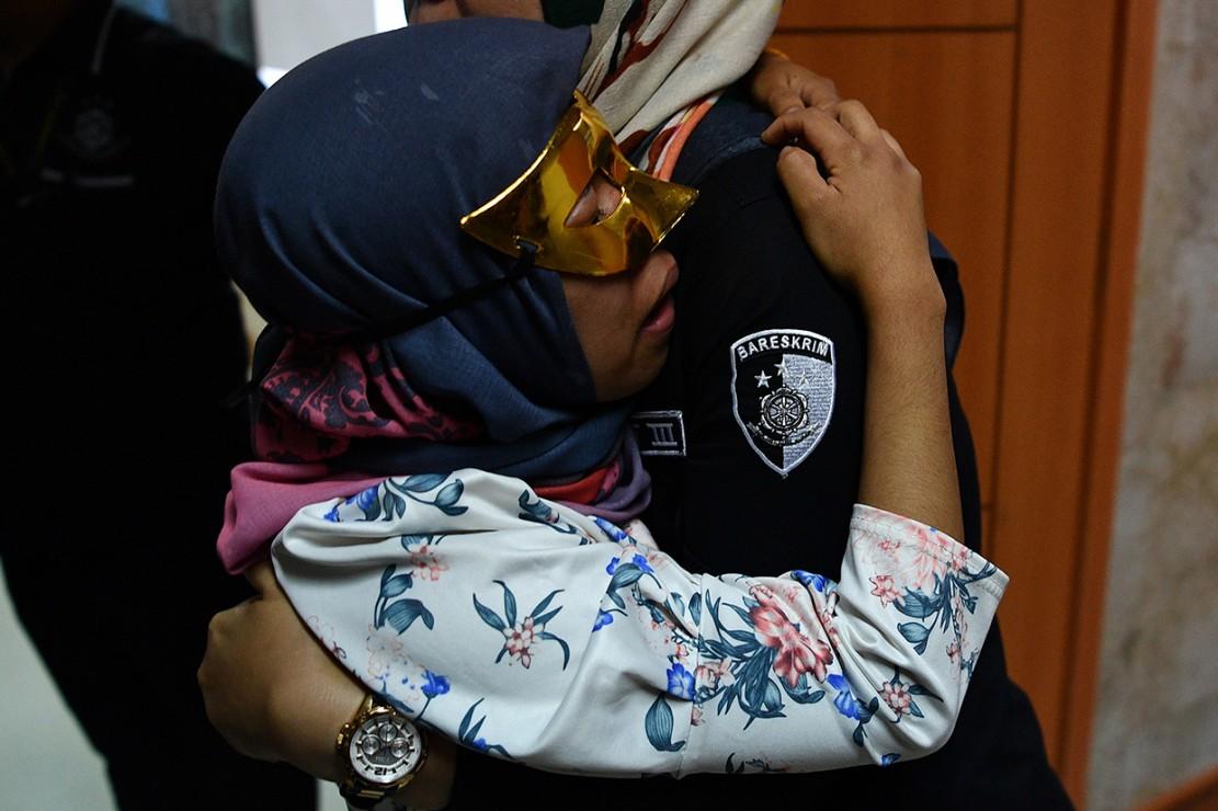 Salah seorang korban kasus perdagangan orang, ES, dihadirkan saat rilis di kantor Bareskrim Polri, Jakarta.