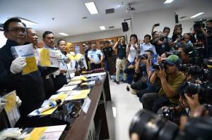 Wadir Tipidum Bareskrim Polri Kombes Pol Panca Putra (kiri), Direktur Pengamanan dan Pengawasan BNP2TKI Brigjen Pol Nurwindianto (kedua kiri) dan Direktur Pengawasan dan Penindakan Keimigrasian Zaeroji (ketiga kiri) menunjukkan barang bukti saat rilis kasus perdagangan orang di kantor Bareskrim Polri, Jakarta.