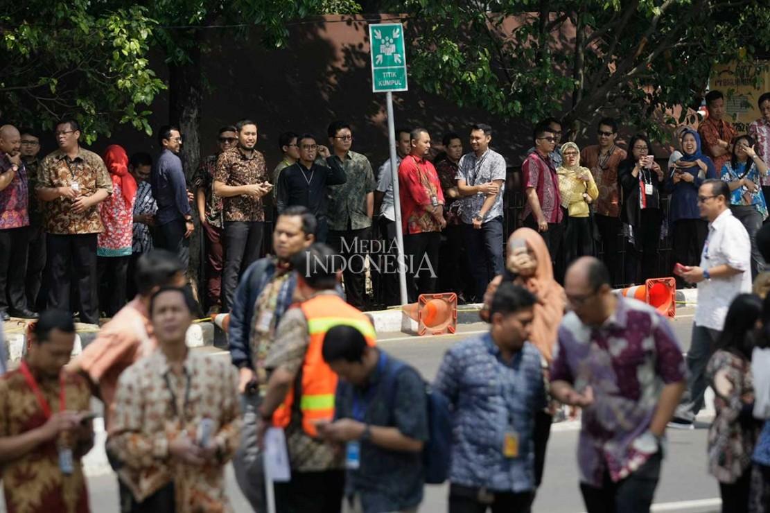 Pegawai KPK kemudian berkumpul di titik kumpul evakuasi. MI/Ramdani
